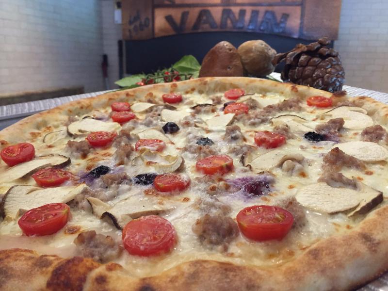 Pizza salsiccia funghi e pomodorini